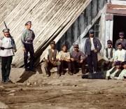 Увеличенный фрагмент. Фото 1915г. Карелия. Военнопленные австро-венгры у барака