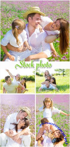 ���������� ����� �� ������� / Happy family in nature - raster clipart